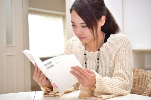 テキストを読む女子高生の写真
