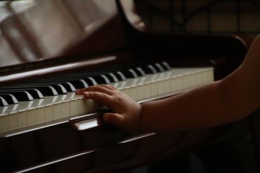 子供 習い事 手 アップライト ピアノ こども ぴあの て 指 ゆび たっち タッチ 鍵盤 グランド ならいごと きょうしつ