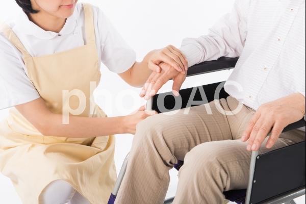 車椅子の人を介護する人1の写真