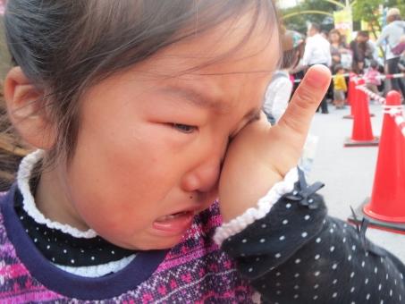 泣き顔 泣き虫 泣く 女の子 女 女子 女児 幼児 4才 4歳 涙 なみだ ナミダ 迷子 子ども 子供 こども 悲しい 転ぶ 大泣き 拭う キッズ kids イベント 人ごみ 三角コーン 表情 ポーズ 泣きじゃくる 娘