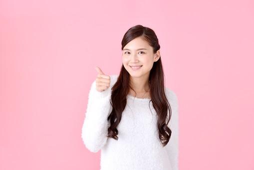 人物 女性 日本人 若者 若い  20代 美人 かわいい ロングヘア カジュアル  ラフ 私服 セーター ニット 屋内  スタジオ撮影 背景 ピンク ピンクバック ポーズ  おすすめ 上半身 グー サムズアップ ハンドサイン ジェスチャー 良い グッド 成功 大丈夫 笑顔  mdjf007