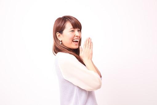 人 人間 人物 人物写真 ポートレート ポートレイト 女性 女 女の人 若い女性 女子 レディー 日本人 茶髪 ブラウンヘア セミロングヘア  白色 白背景 白バック ホワイトバック  手 指 ポーズ  笑顔 笑う  手のポーズ  肘を曲げる 歯 思いつく 名案 喜ぶ 手を合わせる 装身具 ピアス アクセサリー 口を開ける mdfj012