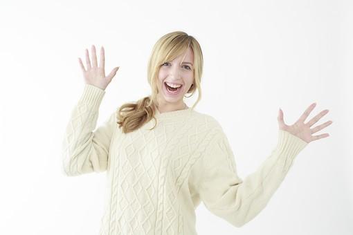 人物 女性 20代 外国人 外人   外国人女性 外人女性 モデル 若い セーター   ニット 私服 カジュアル ポーズ 金髪   ロングヘア 屋内 白バック 白背景 喜ぶ うれしい サプライズ 両手 手を広げる 笑顔 上半身 オーバーリアクション mdff045