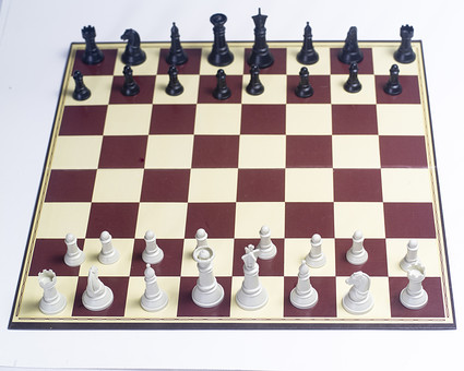 チェス 駒 マス キング クイーン ルーク ビショップ ナイト ポーン 黒 白 ブラック ホワイト 先手 後手 チェスピース ピース ゲーム チェスボード チェス盤 ボードゲーム マインドゲーム ルール 知能 考える 予想 予測 技能 戦略 勝者 敗者 勝利 敗北