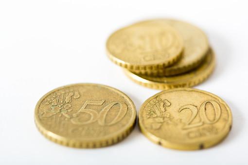 お金 コイン 通貨 貨幣 小銭  つり銭 マネー 外国 外貨 貯金  貯蓄 金融 経済 ビジネス 価値  チップ お釣り ユーロ ヨーロッパ 海外  アップ 白バック 白背景 複数 素材 硬貨 EU セント ユーロコイン