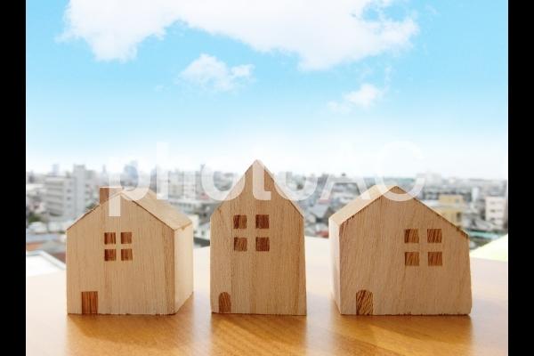 積木の家と街並みと青空の写真