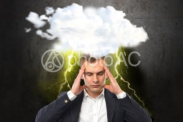 頭が痛い男性の写真