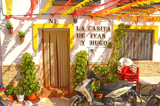 外国風景 外国 海外 スペイン ヨーロッパ  バレンシア バレンシア地  地中海 リゾート   観光地 旅行 観光  風景 景色 名所 空 青空  スペインの町並み  ストリート 晴天 建物 カラフル プランター 植物 店 のれん 椅子 入り口 バイク 原付 乗り物  すだれ スダレ