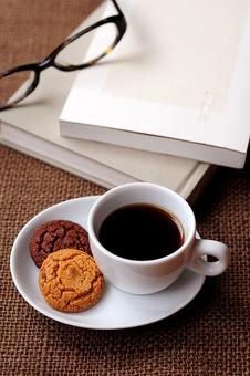 コーヒーと本とめがねの写真