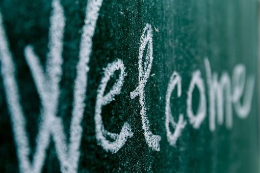 黒板 緑 教育 学校 スクール 学習 学び舎 ボード 板 教室 盤 チョーク 白墨 白亜 焼き石膏 白 背景 バックグラウンド バックグランド 手書き 文字 図 図形 絵 言葉 説明 クローズアップ 屋内 磁石 Welcome ようこそ