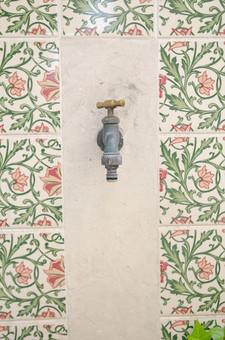 蛇口 じゃぐち 水道 公園 環境 設備 エコ 飲料水 水道水 公共設備 タイル 花柄 花 植物 模様 洗面 庭 水 バルブ 節水 水栓 カラン 鉄 金属 閉める