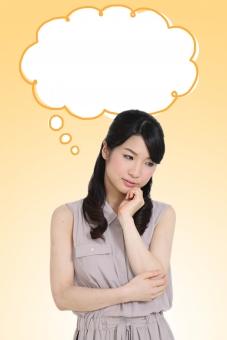 ふきだし 吹き出し 台詞 せりふ 人物 女性 日本人 若者 20代 30代 上半身 困惑 困る 悩み 悩む 迷い 迷う うつむく 俯く 首をかしげる 独り言 ひとりごと 考える 思案 ポーズ イラスト 合成 mdjf014