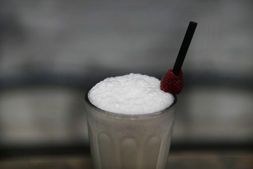 ドリンク 飲み物 ジュース お酒 アルコール 泡 ラズベリー ストロー 黒 白 赤 ふわふわ 泡立つ 泡立てた グラス ガラス 透明 アップ ズーム ミルク ヨーグルト 甘い 美味しい 美味しそう 通す フルーツ 果物