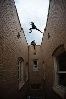 外国人 男性 男 20代 30代 2人 2人組 二人組 コンビ 仲間 同僚 ビジネスマン 探偵 スーツ 背広 ネクタイ 外 室外 建物 アパート マンション ベランダ 張り込み 屋上 飛び移る アクション 高所 窓 屋根に座る 逃げる 逃亡 追う 追跡 mdfm046 mdfm064