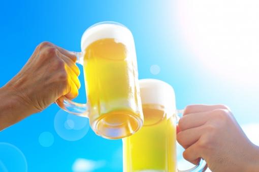 真夏の青空ビール-二人で乾杯-02の写真