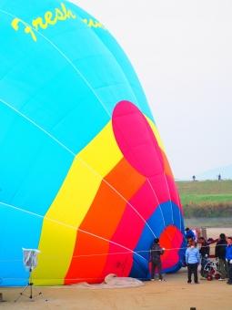 バルーン 気球 熱気球 競技 軽飛行機 飛行 準備 作業 風 カラフル ポップ 水色 スカイ ブルー 青 河川敷 佐賀 インターナショナル バルーンフェスタ フェスタ 人物 人