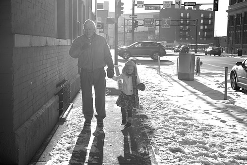 外国人 少女 女の子 女 ガール 子供 チルドレン チャイルド かわいい キュート 孫 祖父 おじいさん おじいちゃん 老人 お年寄り 男性 男 白髪 全身 冬 ウィンター 雪 スノー 手 手つなぎ つなぐ 繋ぐ 伏し目 散歩 歩く ウォーク 背景 街並み 街 道路 道 ロード 白黒 モノクロ モノクローム mdfk030 mdjms012