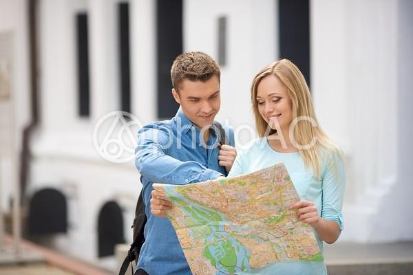 屋外で立って地図を見るカップル10の写真