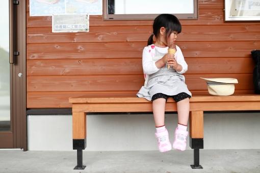 アイスを食べる女の子5 旅行中の休憩の写真
