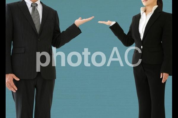 案内するスーツの男女の写真