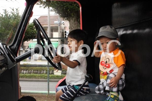 運転する子供の写真