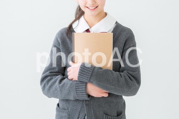 ノートを持つ制服を着た女の子の写真