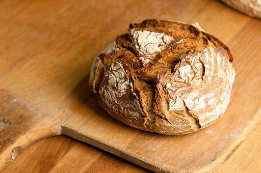 パン パン作り ブレッド フランスパン カンパーニュ 手作り パン屋 ホームメイド クッキング 天然酵母 小麦粉 強力粉 イースト菌 ドライイースト 全粒粉 生地 こねる 伸ばす 丸める 発酵 砂糖 塩 材料 並べる オーブン 焼く 天板  焼きたて 小麦 麦 まな板