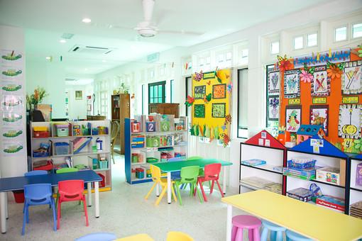 マレーシア 海外 外国 旅行 東南アジア アジア マレー半島 ボルネオ島 ASEAN クアラルンプール プトラジャヤ ジョホールバル 子 子ども 子供 幼児 幼稚園 学校 保育園 児童館 教室 掲示 カラフル 机 テーブル 椅子 イス 開放感