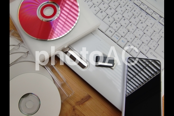 パソコンとスマートフォンとCDとDVD 2の写真