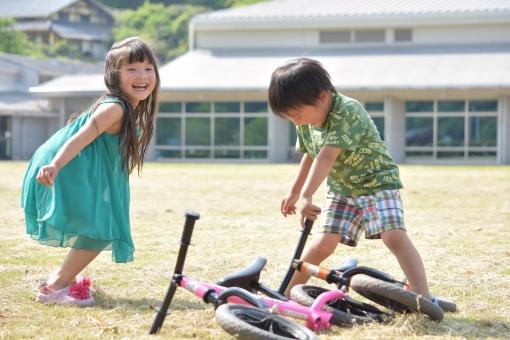 子供 こども 子ども 子供達 仲良し 元気 男の子 女の子 mdfk023 遊ぶ 笑顔 笑う 楽しい