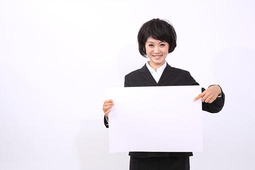 サラリーマン 女 女性 会社員 若者 女子  スーツ 部下 営業 OL 社会人 ビジネス 人物 社員 日本人 20代 仕事 カツラ かつら ウィッグ 笑顔 スマイル 案内 紙 指差し メッセージ スペース スタジオ 白バック 白背景 mdjf028