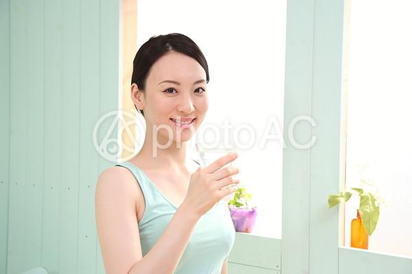 ミネラルウォーターを飲む女性1の写真