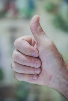人物 老人 お年寄り 高齢者 シルバー  年老いた手 ハンドパーツ 手 指 ハンド  パーツ 手の表情 年老いた手 皺 しわ  シワ クローズアップ ハンドサイン 仕草 ジェスチャー 合図 サムズアップ グッド 良い 大丈夫 OK オーケー 親指 手元 手先 指先