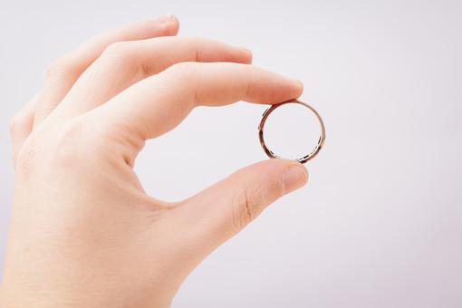 指輪 リング アクセサリー アクセ 女性 男性 女 男 レディース メンズ ユニセックス シルバー シルバーリング ファッションリング 貴金属 装飾品 シンプル おしゃれ 指 手 持つ つまむ 横向き 接写 クローズアップ アップ