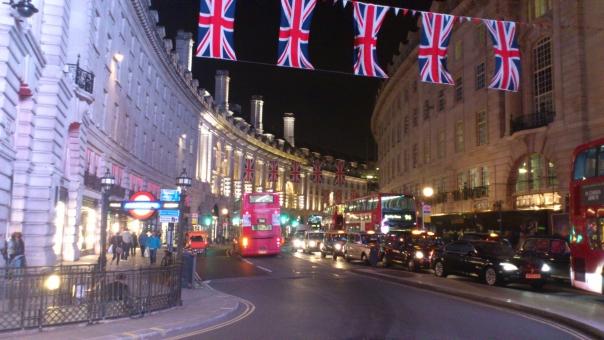 ロンドン ストリート リージェントストリート イギリス 道 道路 曲線 夜 夜景 2階建てバス