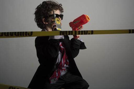 外国人 外人 白人 男性 男 男の子 子供 子ども 幼児 パーマ 天然 幼稚園 小学生 Yシャツ ワイシャツ 青 白 チェック 柄 ネクタイ 赤 ファッション お洒落  洋服 サイズ 大きい ダボダボ サングラス メガネ 黒いサングラス 携帯電話 電話 会話 通話 話す 黄色 テープ 刑事 探偵 現場 事件 事件現場 警察 警察官 おもちゃ 打つ ボール  mdmk011