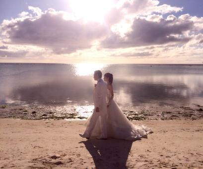結婚式 浜辺 挙式 ビーチサイド カップル 男女 ウエディング ウエディングドレス 花嫁 花婿 新郎 新婦 海 水平線