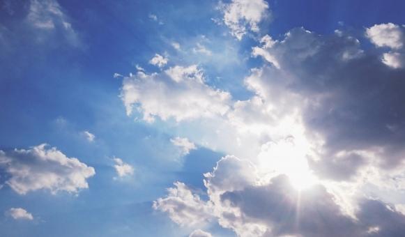 空 青空 大空 大気 天空 斜光 射光 ナチュラル 直射日光 陽射し 日差し 熱中症 高温多湿 高温 夏日 真夏日 猛暑 猛暑日 太陽 光 日光 日向 眩しい まぶしい 紫外線 輝き 輝く 雲 雲間 曇り くもり 雨雲 積乱雲 綿雲 わた雲 通り雨 屋外 日光浴 夏休み 初夏 夏 残暑 素材 背景 風景 景色 自然 雨上がり 晴れ 快晴 天気 お天気 気流 気温 気象 天気予報 バックグランド バック 背景素材 自然素材 web素材 ブログ素材 壁紙 壁紙素材 テクスチャ
