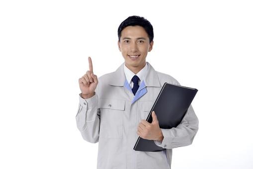 日本人 男性 おとこ 青年 社員 職員 ビジネスマン 仕事 労働 業務 ビジネス ワーク 会社 職場 営業 事務 作業 制服 笑顔 人差し指 ファイル 書類 資料 持つ 一番 ひとつ 案内 説明 相談 請負 担当 管理 白バック 白背景 mdjm001