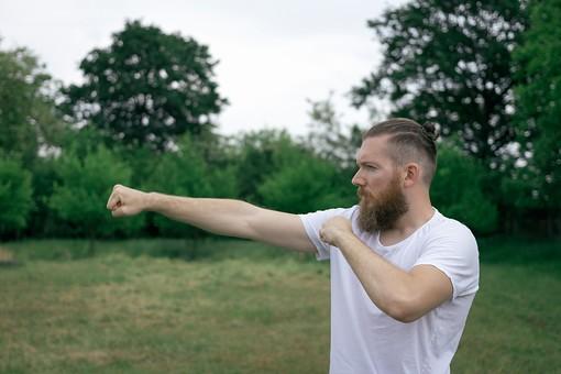 男性 男 外人 外国人 庭 芝生 人 上半身 パンチ フィットネス 運動 トレーニング 筋肉 筋トレ 緑 緑色 靴 白 髪型 ダイエット ボディ ボディパーツ 有酸素 有酸素運動 エクササイズ 20代 30代 ボクシング シャドーイング 樹 木 野外 屋外 mdfm006