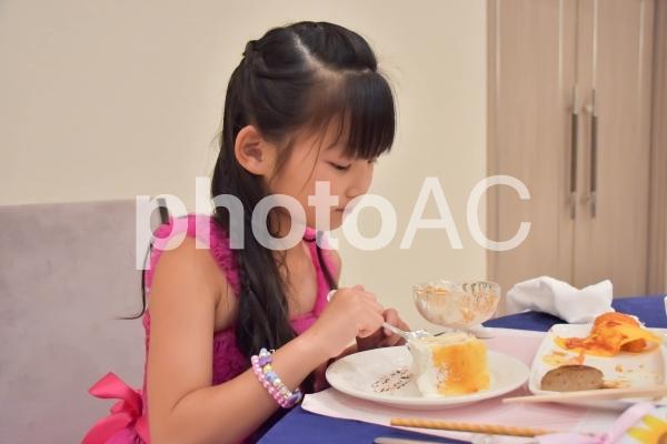 ケーキを食べる子供の写真