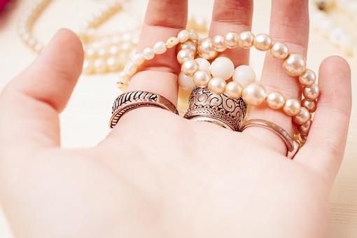 指輪 リング アクセサリー アクセ 女性 男性 女 男 レディース メンズ ユニセックス シルバー シルバーリング ファッションリング 貴金属 装飾品 個性的 派手 ごつい 厳つい かっこいい おしゃれ 指 手 はめる 手の平 掌 パール 真珠 ネックレス 接写 クローズアップ アップ