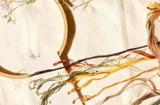 刺繍 朝ドラ 糸 布 赤ちゃん 子供 かばん バッグ 針 刺しゅう枠 刺繍レッスン グラデーション 秋の夜長 女性 おばあちゃん シニア お母さん 趣味 手仕事 笑顔 フレーム ミシン プレゼント 秋 冬 子供服 洋服 小物