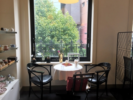 カフェ 飲食店 レストラン おしゃれ パリ 緑 植物 静か 落ち着いた オシャレ 窓 打合せ お見合い