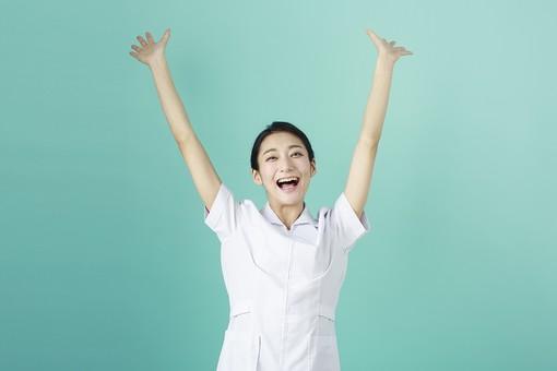 人物 女性 日本人 20代 30代   仕事 職業 医療 病院 看護師  ナース 医者 医師 女医 薬剤師  白衣 看護 屋内 スタジオ撮影 背景  グリーンバック おすすめ ポーズ 上半身 万歳 バンザイ 成功 喜ぶ うれしい 嬉しい やったー mdjf010