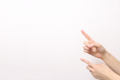 両手 人差し指 指 指さし ひらめく 指す さす 示す 手 女性 壁 白 明るい 人物 パーツ 合成 コラージュ 素材 シンプル simple hand finger これだ これ ここ チェック ポイント 注目 重要 見て 余白 スペース