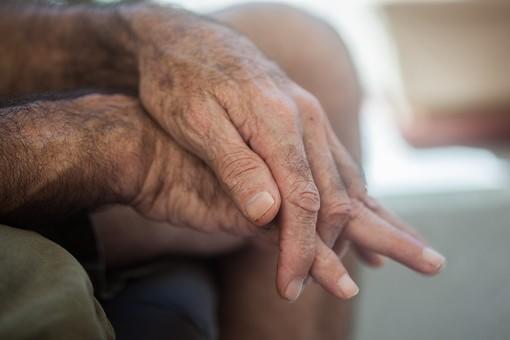 人物 老人 お年寄り 高齢者 シルバー  年老いた手 ハンドパーツ 手 指 ハンド  パーツ 手の表情 年老いた手 皺 しわ  シワ クローズアップ  男性 おじいさん おじいちゃん 手を重ねる 指を組む 座る 横向き 手元 手先 指先