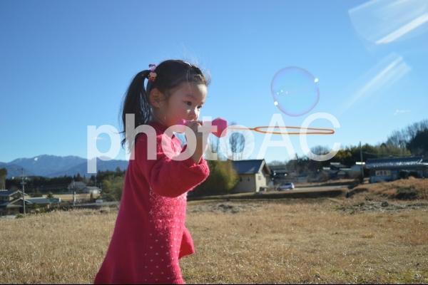 子供とシャボン玉の写真