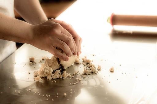 お菓子 洋菓子 焼き菓子 スイーツ ケーキ お菓子作り 手作り ホームメイド クッキング おやつ デザート 甘い 甘党  焼く オーブン 女子力 高カロリー 材料 生地 小麦粉 こねる 準備 用意 綿棒 伸ばす 丸める