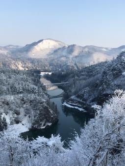 雪止んだ朝の只見線第一橋梁の写真